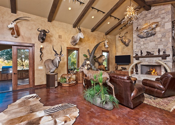 Cordillera Trophy Room: Hunter's Retreat living 2